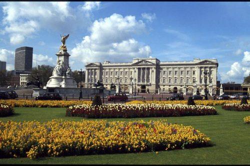 La corona inglese, la vendetta di Meghan e i nuovi poveri del Regno Unito