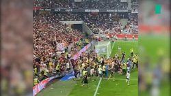 Calcio, calci e botte da orbi: il pubblico è tornato negli stadi